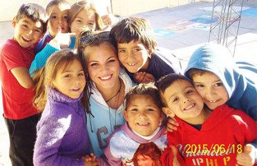 jungen erwachsenen freiwilligen